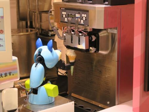 ソフトクリームを巻くソフトクリームロボット