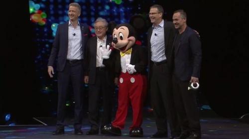 米ウォルト・ディズニーとの提携を発表した日立製作所の東原敏昭社長(左から2人目)