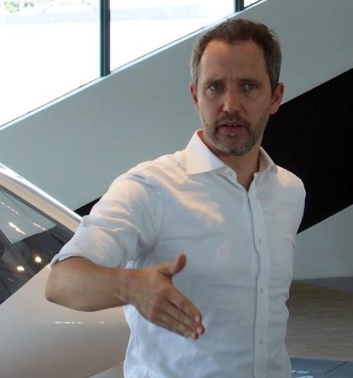 説明するボロコプター CEOのFlorian Reuter氏(撮影:日経 xTECH)