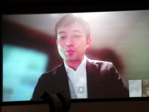 テレビ会議画面の背景をぼかしたところ。顔の動きに追従して、背景に当たる部分だけを自動的にぼかす