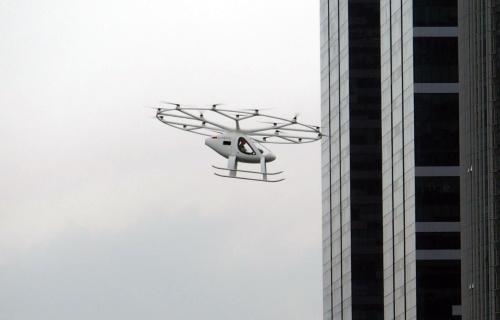 デモ飛行中の機体(撮影:日経 xTECH)