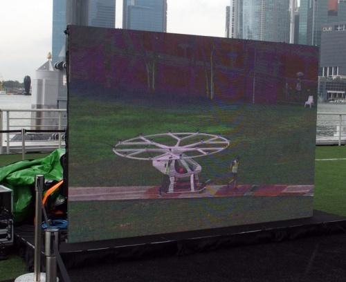 デモ飛行の観覧場所では、視聴用の大型ディスプレーが設置されていた。画面には、機体が地上をけん引されている様子が映し出されている(撮影:日経 xTECH)
