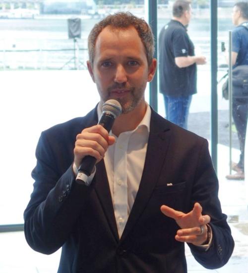 デモ飛行後に実施されたプレスカンファレンスで講演するボロコプター最高経営責任者(CEO)のFlorian Reuter氏(撮影:日経 xTECH)