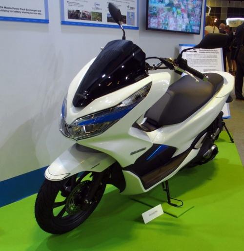 電動バイク「PCX ELECTRIC」。ホンダブースに出展されていたもの(撮影:日経 xTECH)