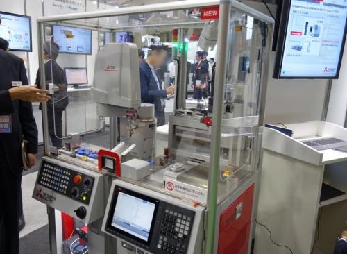 三菱電機のNC装置によるロボット制御のデモンストレーション
