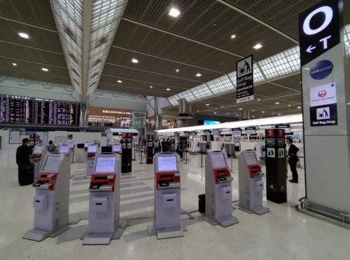 成田空港第2ターミナルでJALが使用しているエリアを改装。自動チェックイン機は25台を分散配置している。2020年4月には顔認証対応の自動チェックイン機へ入れ替えるとともに35台まで増やす