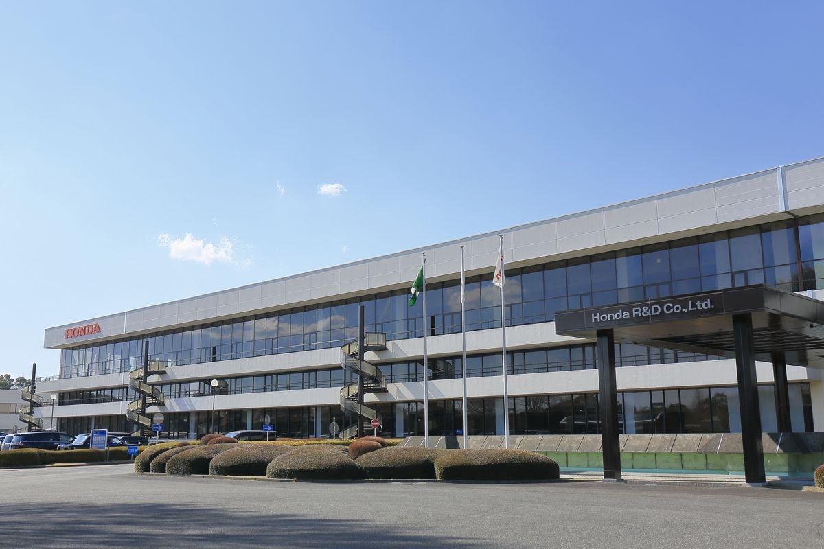 図1●オートモービルセンター(栃木)とNAS電池システム(上) (出所:本田技術研究所)