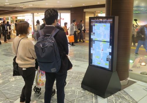 駅のデジタルサイネージや手元のスマートフォンで確認できる