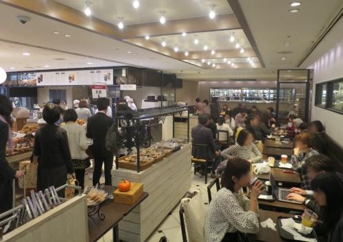 東京駅改札内にある飲食店の様子