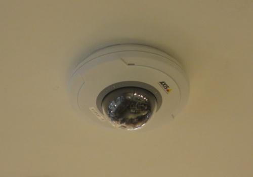 天井に設置したカメラとAIで店内の空き状況を判別する