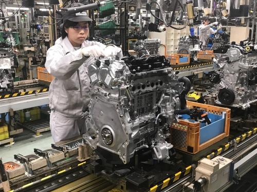 組み立てられる日本市場向けエンジン「SKYACTIV-X」