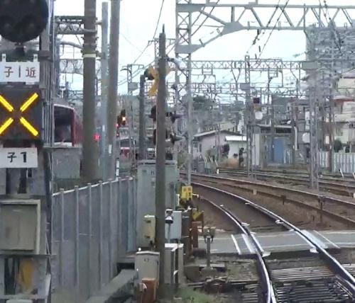 神奈川新町第1踏切中心から約390m離れた地点にある発光信号機の列車からの見通し状況。第1踏切中心から約570m離れた地点で撮影。(出所:京浜急行電鉄)