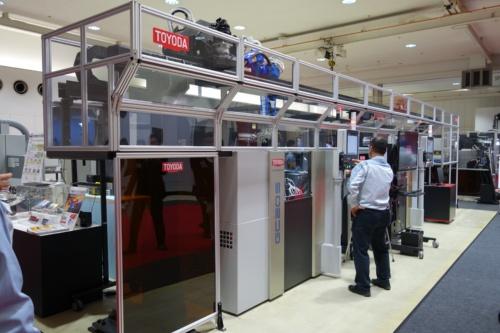 図2 カムシャフト研削盤「GC20S」「GL32S」と搬送ロボットを組み合わせたカ研削システム