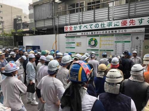 実証実験を兼ねた避難訓練の様子。延べ面積8037m2、12階建ての建物を建設する現場だ。敷地面積は2117m2で、作業員は約150人。躯体は完成し、低層階から仕上げ工事を進めている段階で避難訓練を実施した