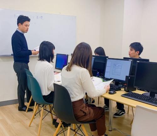 RPAテクノロジーズなどが福岡市に立ち上げた教育研修拠点「!センター福岡」の様子