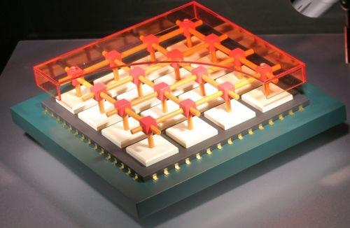 NTTが想定するチップ間光インターコネクトのイメージ模型