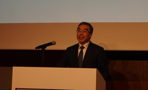 11月21日、都内で記者会見をする華為技術(ファーウェイ)の梁華会長