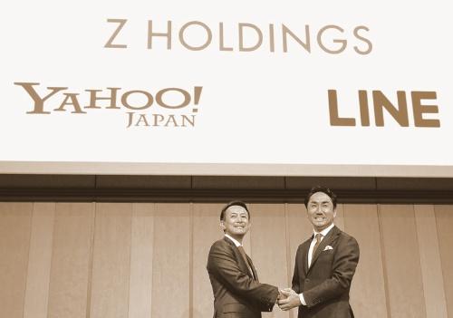 経営統合について会見するZホールディングス代表取締役社長CEOの川邊健太郎氏(左)とLINE代表取締役社長CEOの出澤剛氏