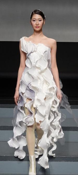貝とスカートのデータからAIが生成した画像を基にエマ理永氏が製作したドレス