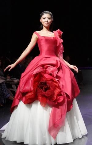 バラとスカートのデータからAIが生成した画像を基にエマ理永氏が製作したドレス