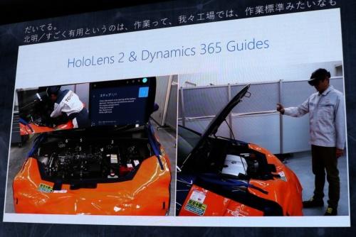 トヨタ自動車の販売店で整備作業の支援のためにヘッドマウントディスプレー「HoloLens 2」を使う様子