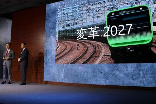 日本マイクロソフトのイベント「Microsoft Envision」に登壇したJR東日本の小県方樹副会長(左)と米マイクロソフトの沼本健コーポレート バイス プレジデント