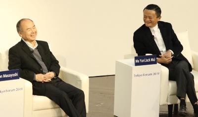 対談するソフトバンクグループの孫正義会長兼社長(左)とアリババ集団創業者の馬雲氏