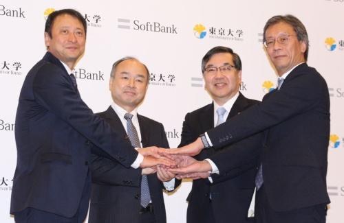 産学連携協定の発表に臨んだソフトバンクグループの孫正義会長兼社長(左から2番目)と東京大学の五神真総長(左から3番目)ら関係者
