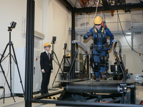 パワードスーツを装着してトレッドミル(ランニングマシン)で走る防衛技官