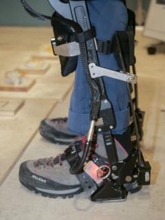 腰と膝にあるモーター(写真左)と、足首部分の板バネと一体化している靴(写真右)