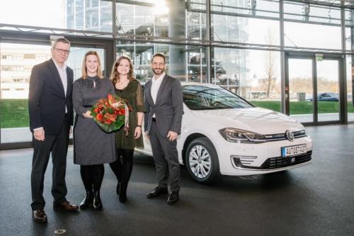 フォルクスワーゲンにとって25万台目の電動車となった「e-Golf」のSandra Fleischerさんへの納車式