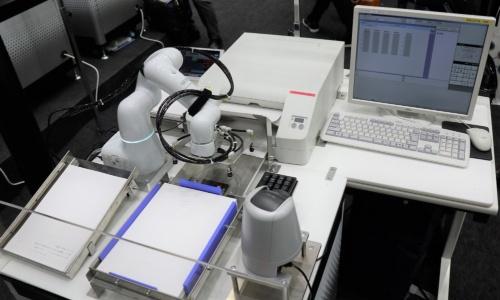 三菱UFJ信託銀行が導入したプリンターへの給紙などを自動化する仕組み