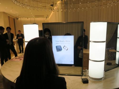 コーセーの直営店「Maison KOSE」に設置されたパナソニックのデジタルミラー「Snow Beauty Mirror」