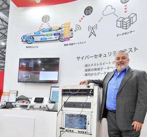 Steve McGregory氏(右端)。同氏の向かって左側に見えるのは、クルマのサイバーセキュリティー能力をチェックするシステム。このシステムは主にKeysightの計測器とIxiaのサイバーセキュリティー対策に向けたソフトウエアからなる。キーサイト・テクノロジーが撮影
