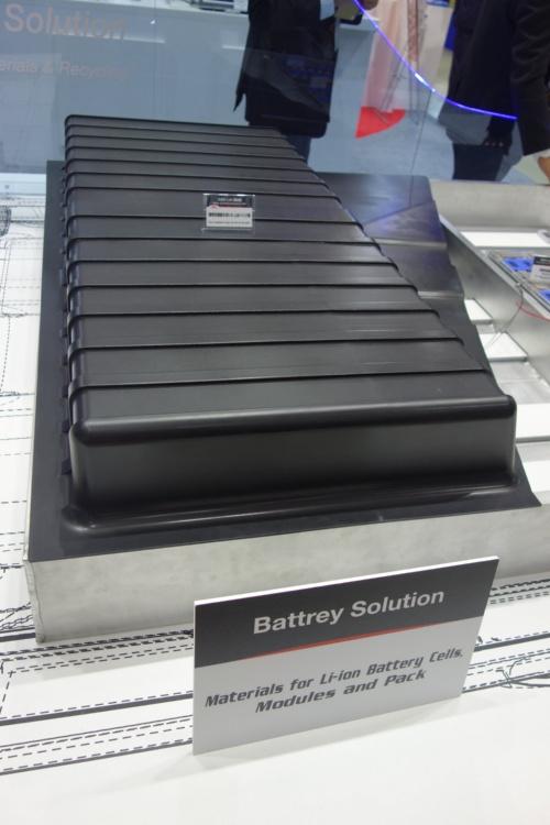 難燃性樹脂で造ったリチウムイオン二次電池向けパックのふた(写真:日経クロステック)