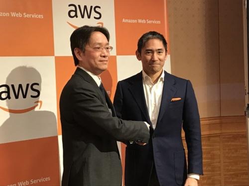 ソニー銀行の福嶋達也執行役員(左)とアマゾン ウェブ サービス ジャパンの長崎忠雄社長