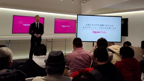 自営サービスのネットワークの状況について説明する楽天モバイルの山田善久社長