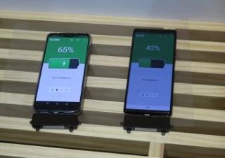 Wi-Chargeの受電器を装着したNTTドコモのスマートフォン