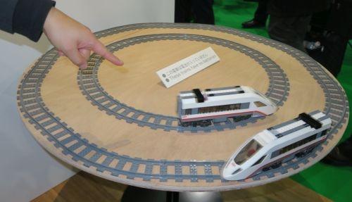 受電器を装着したミニ列車にワイヤレス給電して線路上を走らせるデモ