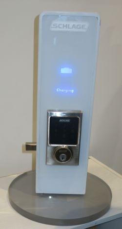ドアの電子錠にWi-Chargeの技術でワイヤレス充電している様子