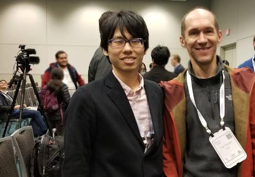授賞式に参加した東大の村松氏(左)とリフトの責任者