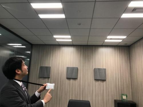 アズビルと戸田建設、村田製作所が開発したカード型リモコンで空調を制御する様子