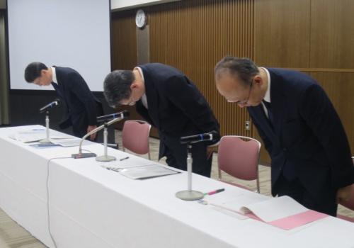 会見で謝罪する日鉄ソリューションズの森田宏之社長(中央)