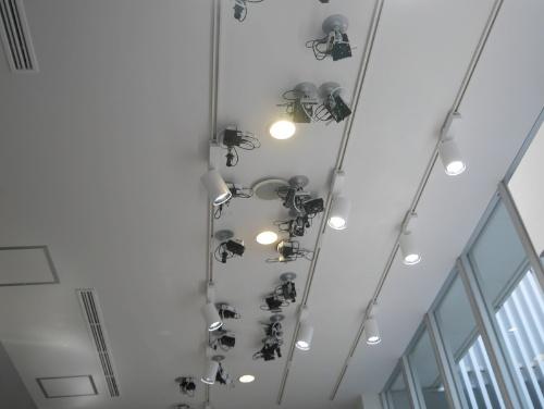 天井に設置した28個のカメラ