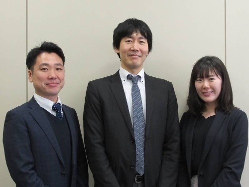研修事業に携わるインテックの吉川武裕氏(左)、吉田豊氏(中央)、保志名彩乃氏