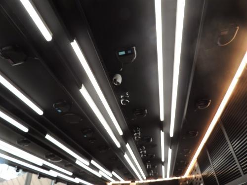 天井に設置した50台のAIカメラで人と商品を捕捉する