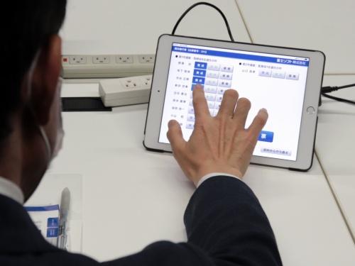 富士ソフトの株主向け議決権行使画面。取締役候補者の各人について選任賛成・反対のボタンをタップする