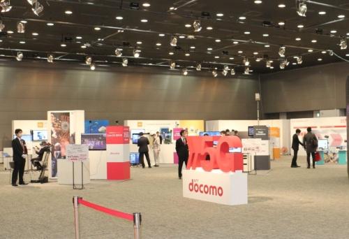 NTTドコモが2020年3月に開いた記者向け5Gデモの会場。新型コロナの影響で、入場人数を制限しながらの開催となった