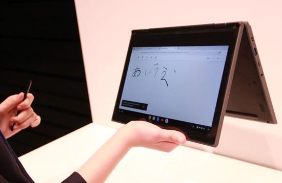 中国レノボは日本の教育市場向けにマイクロソフトとグーグルのOSを搭載した両方の機種を用意した。写真はグーグルのChrome OS搭載機
