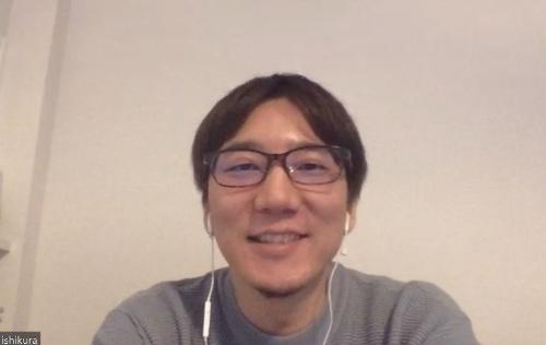 ビデオ会議で取材に応じるキャスターの石倉秀明取締役COO